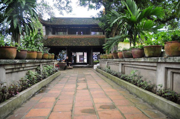 Hành lang từ cổng Chùa đi vào